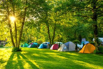 Namioty Teren kempingowy, wcześnie rano w promieniach słońca