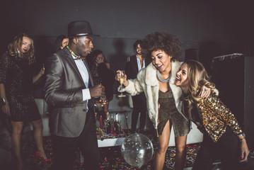 Imprezowicze świętują w klubie