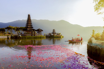 Jezioro Beratan w Indonezji na Bali, 6 marca 2017 r .: balijscy wieśniacy uczestniczą w tradycyjnej procesji religijnej w świątyni Ulun Danu w świątyni Beratan w Indonezji na Bali