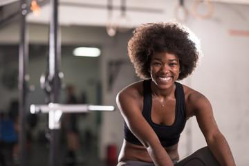 czarna kobieta robi siedzieć ups na siłowni