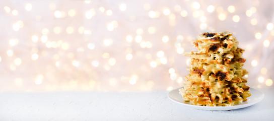 Wilno, Litwa. Tradycyjne krajowe ciasteczka Sakotis. Skopiuj miejsce Świąteczny tło, lekki nowy rok i bożego narodzenia bokeh.