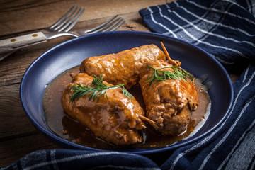 Smaczne rolady wołowe na talerzu.