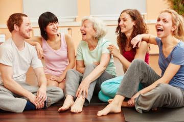 Seniorin und Gruppe lachen glücklich