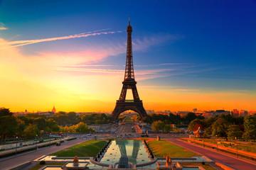 Wieża Eifla w Paryż przy wschodem słońca, Francja