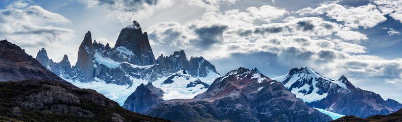 Panorama góry Fitz Roy w Patagonii w Argentynie i sąsiednich wież granitowych