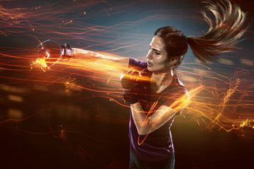 Frau trainiert Selbstverteidigung