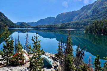Namioty kempingowe w pobliżu jeziora w górach Cascade. Snow Lake w basenie Enchantment Lakes w pobliżu Leavenworth i Seattle. WA. USA.