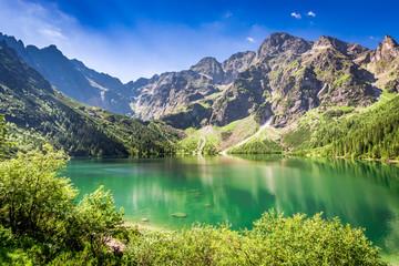 Oszałamiająco półmrok przy stawem w Tatrzańskich górach, Polska, Europa