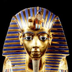 Replika maski grobowej Tutanchamona. Pojedynczo na czarnym tle. Taki sam lub bardzo podobny do oryginału