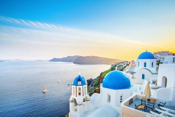 Klasyczny widok od zmierzchu punktu przy Oia wioski białą i błękitną architekturą, Santorini wyspa, Grecja. Niesamowita sceneria wieczorowa.