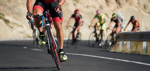 Zawody kolarskie, rowerzyści sportowcy jadący z dużą prędkością w wyścigu