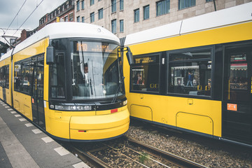 Berlin tramwaj miejski, pociąg elektryczny na ulicy przy ul. Warschauer w Berlinie