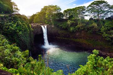 Majestatyczna tęcza Spada siklawa w Hilo, Wailuku stanu Rzeczny park, Hawaje