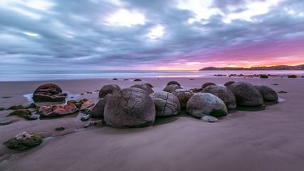 Moeraki Boulders am Koekohe Beach an der Küste von Otago in Neuseeland (New Zealand)