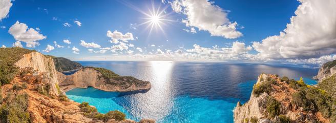 Piękna plaża Navagio z wraku na wyspie Zakynthos w Grecji