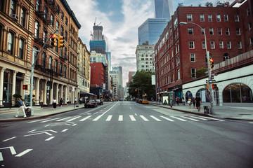 Miasto Nowy Jork uliczna droga na Manhattan przy lato czasem. Miastowy dużego miasta życia pojęcia tło.