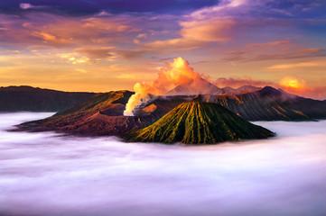 Wspina się Bromo wulkan podczas wschodu słońca od punktu widzenia na górze Penanjakan w Bromo Tengger Semeru parku narodowym, Wschodni Jawa, Indonezja (góra Bromo).