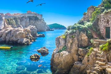 Zatoka Adriatycka Dubrownik. / Marmurowa ukryta zatoka w centrum starego miasta słynnego Dubrownika, sceneria Gry o Tron, Chorwacja Ośrodki turystyczne w Europie.