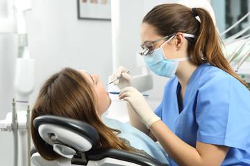 Dentysta bada zęby pacjenta