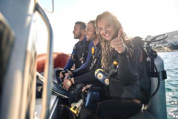Grupa nurków na łodzi