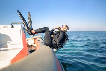 Płetwonurek skoki w wodzie z łodzi