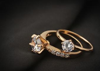 pierścionki z biżuterią z diamentem na czarnej tkaninie, nieostrość