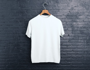Biała koszulka na ceglanym tle