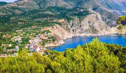 Tradycyjna wioska rybacka Assos na wyspie Kefalonia w Grecji