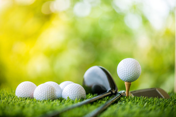 piłeczka golfowa na tee gotowa do ćwiczeń