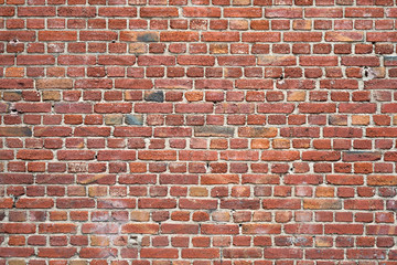Alte Mauer aus roten Backsteinen