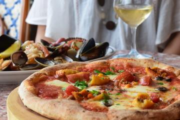 ピザを食べている食事風景