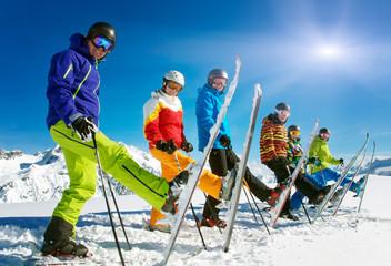 Gruppe Skifahrer in der Reihe