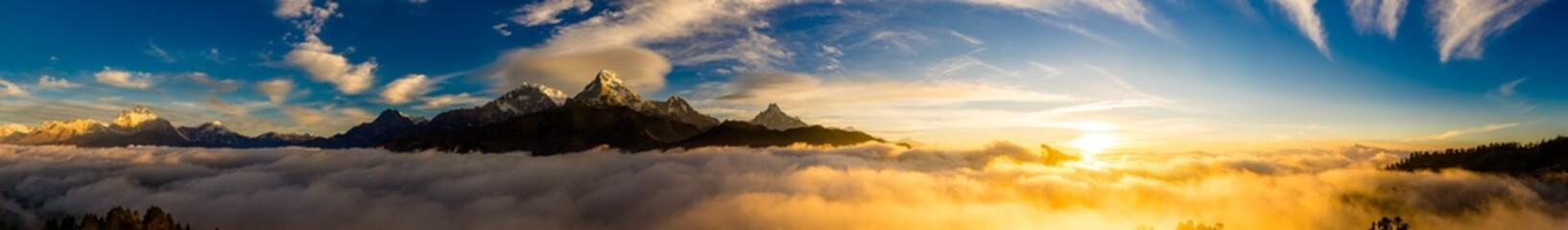 ヒマラヤ山脈の夜明け