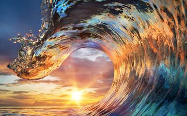 Kolorowe fale oceanu. Woda morska w kształcie grzebienia. Zmierzchu lekkie i piękne chmury na tle