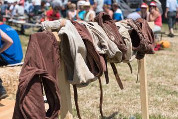 Schwingerhosen auf Gestell aufgehängt am Schwingfest