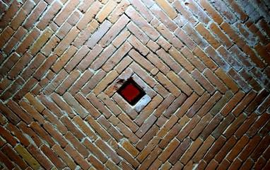 Ceglane sklepienie z luftem - czerwień cegły, symetria i kwadrat