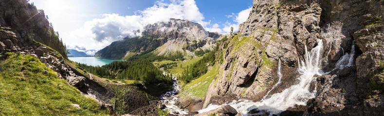 Panorama potoku strumień, jezioro, zielona dolina w górach Alp