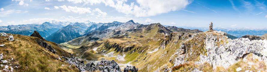 Alpenpanorama Wallis mit Steinpyramide, Alpen im Valais, la Brinta, von Vercorin nach Grimnetz, Eifischtal, Schweiz