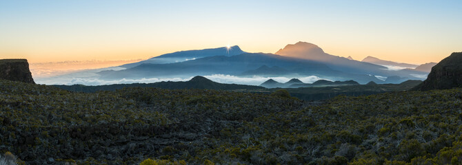 Zachód słońca nad Piton Des Neiges, Reunion, Francja