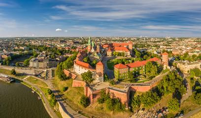 Kraków z lotu ptaka - krajobraz miasta z zamkiem i Katedrą na Wawelu. Panoram miasta z powietrza.