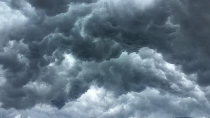 Nad głową Strzał chmury deszczowej; zmiana pogody