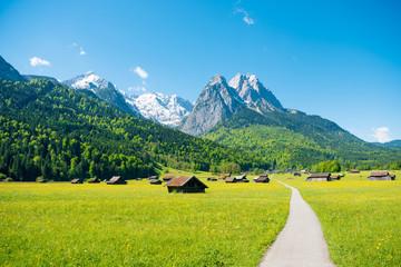 Panorama górska przed niebieskim niebem (Garmisch - Partenkirchen)