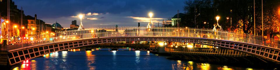 Dublin, Irlandia. Nocny widok słynnego mostu Ha Penny