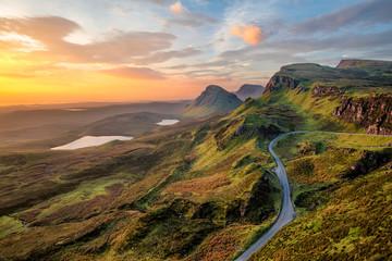 Wibrujący wschód słońca przy Quiraing na wyspie Skye, Szkocja.