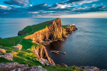 Zmierzch przy Neist punktu latarnią morską, Szkocja, UK
