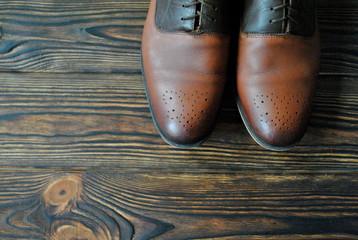 Męskie skórzane buty na drewnianym rustykalnym tle