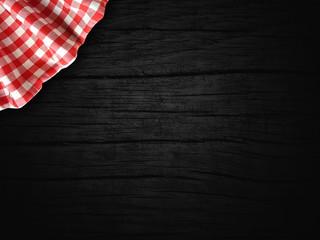 biało czerwony obrus na drewnie