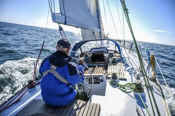 Skagen, Dania, 31 lipca 2017 r .: Samotny żeglarz za sterem na Morzu Północnym