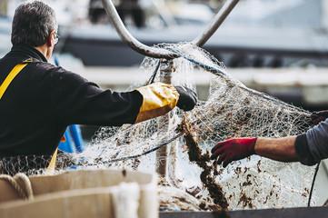 Rybacy odkładają sieci