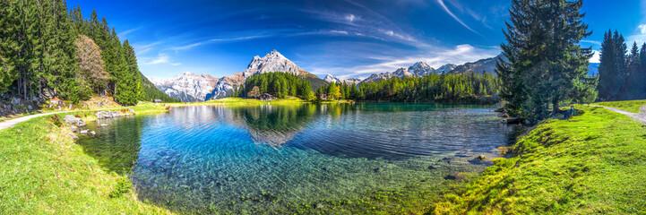 Arnisee z Alpami Szwajcarskimi. Arnisee to zbiornik w kantonie Uri w Szwajcarii.